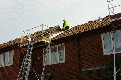 Monter sur un toit en securite